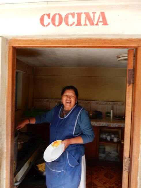 vrolijk volk in de keuken